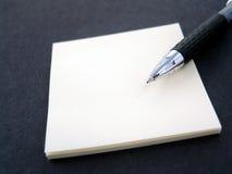 πέννα σημειώσεων κολλώδη&sig Στοκ φωτογραφίες με δικαίωμα ελεύθερης χρήσης