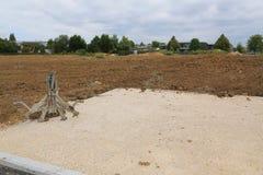 Πένσα εκσκαφέων και έτοιμο χώμα για την κατασκευή ενός ΝΕ Στοκ φωτογραφία με δικαίωμα ελεύθερης χρήσης