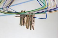 Πένσα και κρεμάστρες υφασμάτων Στοκ φωτογραφία με δικαίωμα ελεύθερης χρήσης