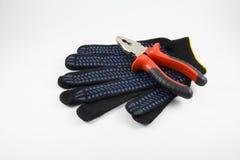 Πένσες και γάντια εργασίας σε ένα άσπρο υπόβαθρο στοκ φωτογραφίες