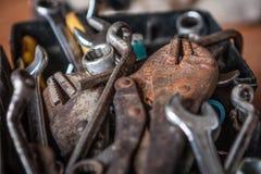Πένσες και γαλλικό κλειδί κλειδώματος στο κιβώτιο εργαλείων στοκ εικόνα
