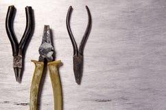 Πένσες και στρογγυλές πένσες σε ένα υπόβαθρο αργιλίου Στοκ εικόνα με δικαίωμα ελεύθερης χρήσης