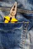 Πένσες στην επισκευή στην τσέπη του τζιν παντελόνι Στοκ εικόνα με δικαίωμα ελεύθερης χρήσης