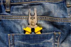 Πένσες στην επισκευή στην τσέπη του τζιν παντελόνι Στοκ φωτογραφίες με δικαίωμα ελεύθερης χρήσης