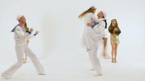 Πέντε άνθρωποι χορεύουν ένας όμορφος χορός θάλασσας Κορίτσι-τραγουδιστής στο φόρεμα καπετάνιου ` s Δύο νεαροί άνδρες στα κοστούμι απόθεμα βίντεο