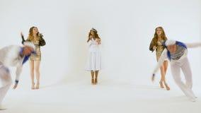 Πέντε άνθρωποι χορεύουν ένας όμορφος χορός θάλασσας σε ένα άσπρο υπόβαθρο Κορίτσι-τραγουδιστής στο φόρεμα καπετάνιου ` s Δύο νεαρ απόθεμα βίντεο
