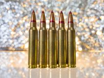 πέντε απομονωμένες σφαίρες στο άσπρο υπόβαθρο με την αντανάκλαση Στοκ Φωτογραφίες
