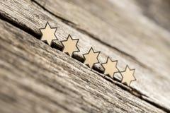 Πέντε αστέρια σε μια σειρά αγροτικοί ξύλινοι πίνακες στοκ εικόνα με δικαίωμα ελεύθερης χρήσης