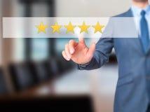 Πέντε αστέρων εκτίμηση - κουμπί συμπίεσης χεριών επιχειρηματιών στο SCR αφής στοκ εικόνα με δικαίωμα ελεύθερης χρήσης