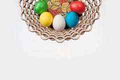 Πέντε αυγά Πάσχας σε ένα καλάθι Στοκ Φωτογραφία