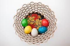 Πέντε αυγά Πάσχας σε ένα καλάθι Στοκ φωτογραφίες με δικαίωμα ελεύθερης χρήσης