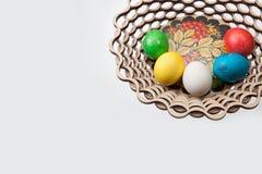 Πέντε αυγά Πάσχας σε ένα καλάθι Στοκ εικόνα με δικαίωμα ελεύθερης χρήσης