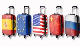 Πέντε βαλίτσες με τις σημαίες τέτοιων χωρών απεικόνισαν σε τους: Ρωσία, Κίνα, Αμερική, Ευρωπαϊκή Ένωση, Ισπανία   στοκ φωτογραφίες με δικαίωμα ελεύθερης χρήσης
