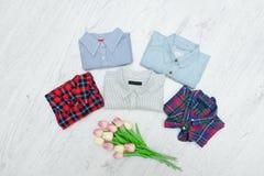Πέντε διαφορετικά πουκάμισα και μια ανθοδέσμη των τουλιπών Μοντέρνο conce Στοκ Εικόνα