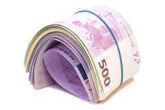 Πέντε εκατοστά ευρο- τραπεζογραμμάτια κάτω από τη λαστιχένια ζώνη στοκ εικόνα
