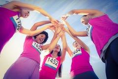 Πέντε ενθαρρυντικοί δρομείς που υποστηρίζουν το μαραθώνιο καρκίνου του μαστού Στοκ εικόνα με δικαίωμα ελεύθερης χρήσης