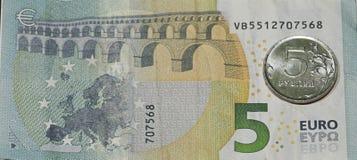 Πέντε ευρώ, πέντε ρούβλια Στοκ Εικόνα