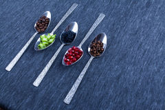 Πέντε κουτάλια με τα τρόφιμα και τα καρυκεύματα Στοκ Φωτογραφίες