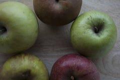 Πέντε κόκκινα και πράσινα μήλα που τακτοποιούνται σε μια στρογγυλή μορφή Στοκ φωτογραφία με δικαίωμα ελεύθερης χρήσης