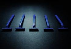 Πέντε μίας χρήσης μπλε ξυράφια Στοκ Φωτογραφίες