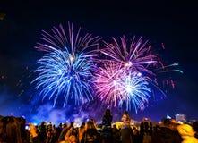 Πέντε μεγάλα πυροτεχνήματα στο σκοτεινό ουρανό πόλεων στοκ εικόνες