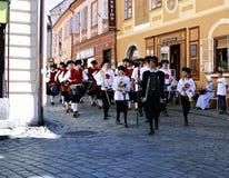 Πέντε-με πέταλα αυξήθηκε φεστιβάλ στο bystreet σε Cesky Krumlov, τσεχικά Στοκ Φωτογραφίες