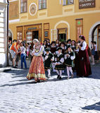 Πέντε-με πέταλα αυξήθηκε φεστιβάλ στο bystreet σε Cesky Krumlov Στοκ Εικόνες