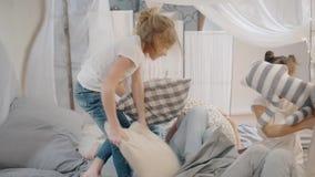 Πέντε μικρά κορίτσια στην πάλη ενάντια με τα μαξιλάρια Τα παιδιά παίζουν απόθεμα βίντεο