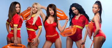 Πέντε προκλητικές γυναίκες lifeguards Στοκ Φωτογραφία