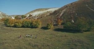 Πέντε φίλοι έχουν ένα ταξίδι μαζί στη φύση που παίρνει το βίντεο με την εναέρια άποψη κηφήνων απόθεμα βίντεο