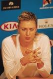 Πέντε φορές ο πρωτοπόρος Μαρία Σαράποβα του Grand Slam της Ρωσίας κατά τη διάρκεια της συνέντευξης τύπου μετά από τη στρογγυλή αν Στοκ Εικόνες