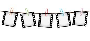 Πέντε φωτογραφικές διαφάνειες ταινιών φωτογραφιών σε ένα σχοινί με τα paperclips απεικόνιση αποθεμάτων