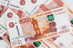 Πέντε χιλιάες ρούβλια, πολλοί λογαριασμοί, ένας στενός επάνω λογαριασμών Στοκ Εικόνες