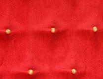 Πέντε χρυσά κουμπιά σε ένα κόκκινο μαξιλάρι μπροκάρ άνηκαν στο βασιλιά Στοκ εικόνες με δικαίωμα ελεύθερης χρήσης