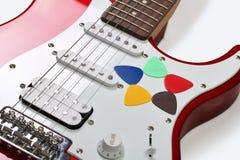 Πέντε χρωμάτισαν τις επιλογές σε μια κιθάρα Στοκ Φωτογραφία