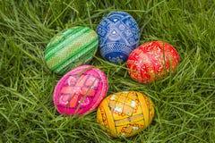 Πέντε χρωματισμένα αυγά Πάσχας Στοκ εικόνα με δικαίωμα ελεύθερης χρήσης