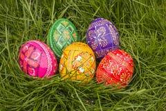 Πέντε χρωματισμένα αυγά Πάσχας Στοκ εικόνες με δικαίωμα ελεύθερης χρήσης