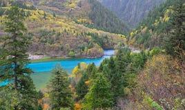 Πέντε χρωματισμένη λίμνη, Jiuzhaigou, Κίνα στοκ εικόνες