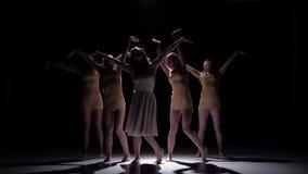 Πέντε όμορφα κορίτσια συνεχίζονται σύγχρονος σύγχρονος χορός χορού, στο Μαύρο, σκιά, σε αργή κίνηση απόθεμα βίντεο