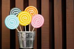 Πέντε lollipops που συσσωρεύονται σε ένα δοχείο μετάλλων Στοκ Εικόνα