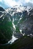 Πέρασμα βουνών με τον παγετώνα και πράσινη χλόη Βουνά Fann Στοκ Εικόνες