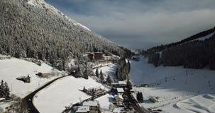 Πέρασμα βουνών Presolana Ιταλικές Άλπεις Εναέρια άποψη κηφήνων μετά από μια πτώση χιονιού στα ξύλα και τους ανελκυστήρες απόθεμα βίντεο