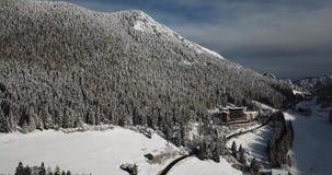 Πέρασμα βουνών Presolana Ιταλικές Άλπεις Εναέρια άποψη κηφήνων μετά από μια πτώση χιονιού στα ξύλα και τους ανελκυστήρες φιλμ μικρού μήκους