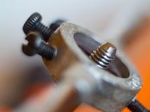 Πέρασμα κλωστής σε βελόνα της νέας βίδας στη σκουριασμένη ράβδο μετάλλων στοκ φωτογραφίες