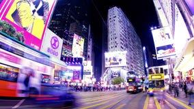 Πέρασμα κόλπων υπερυψωμένων μονοπατιών. Νύχτα Timelapse Χονγκ Κονγκ. Μεγέθυνση πυροβοληθείσα έξω. απόθεμα βίντεο