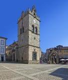Πέρασμα ντόπιων από την εκκλησία Nossa Senhora DA Oliveira και το μνημείο Salado (Padrao do Salado) στην πλατεία Oliveira Στοκ φωτογραφία με δικαίωμα ελεύθερης χρήσης