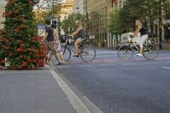 Πέρασμα ποδηλατών και πεζών ένας ήρεμος δρόμος στο Ντίσελντορφ, Γερμανία στοκ εικόνες