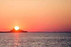 Πέρασμα πορθμείων κατά τη διάρκεια του ηλιοβασιλέματος Στοκ εικόνα με δικαίωμα ελεύθερης χρήσης