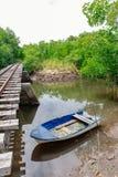 Πέρασμα σιδηροδρόμων γεφυρών με μια δεμένη λέμβο στοκ φωτογραφία με δικαίωμα ελεύθερης χρήσης