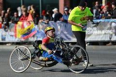 Πέρασμα 26 συμμετεχόντων τμήματος αναπηρικών καρεκλών μαραθωνίου πόλεων της Νέας Υόρκης 2 μίλια και μέσω των πέντε δήμων NYC Στοκ Εικόνα